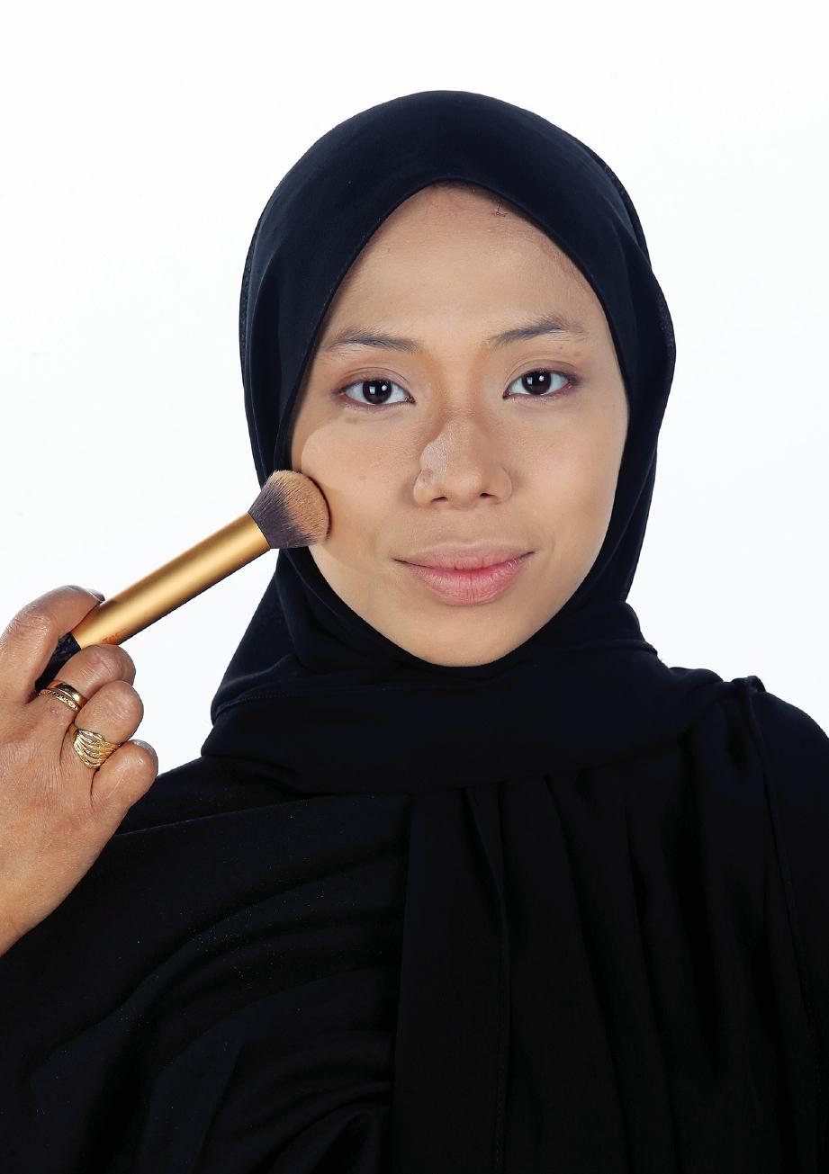 2. PILIH bedak asas yang sesuai dengan rona kulit.