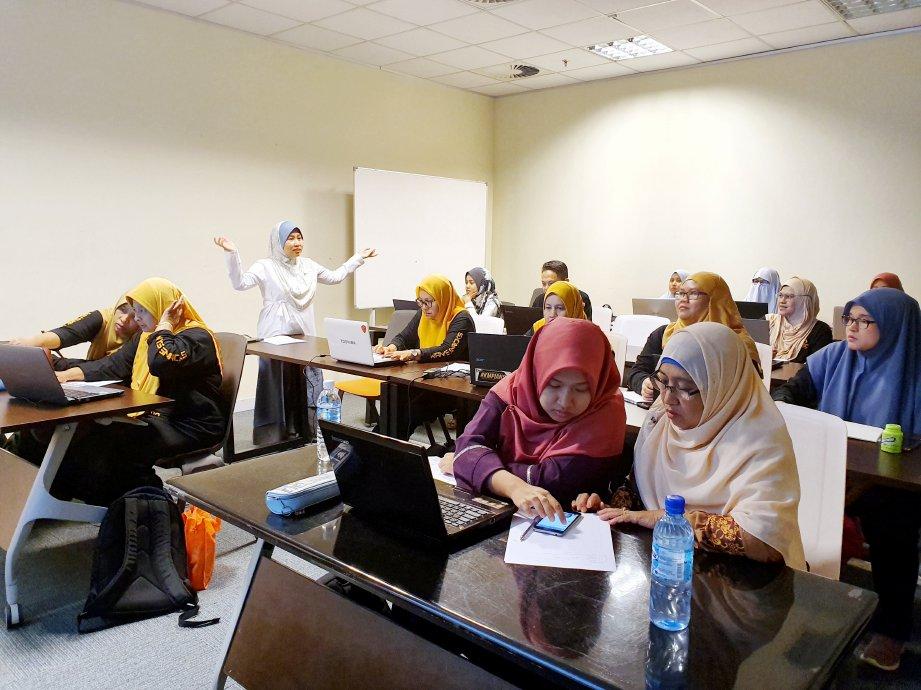 LATIHAN pemasaran dalam talian di dalam kelas. FOTO Suraya Ali