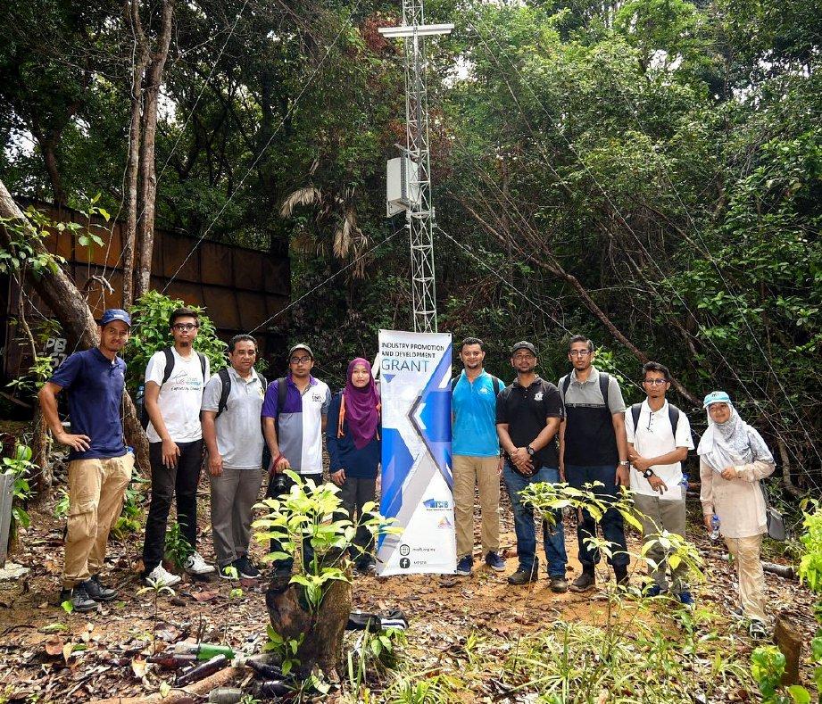 DR Nurul Adilah bersama wakil agensi MCMC mengadakan lawatan ke tapak projek LoRa di Pulau Bidong. FOTO NSTP