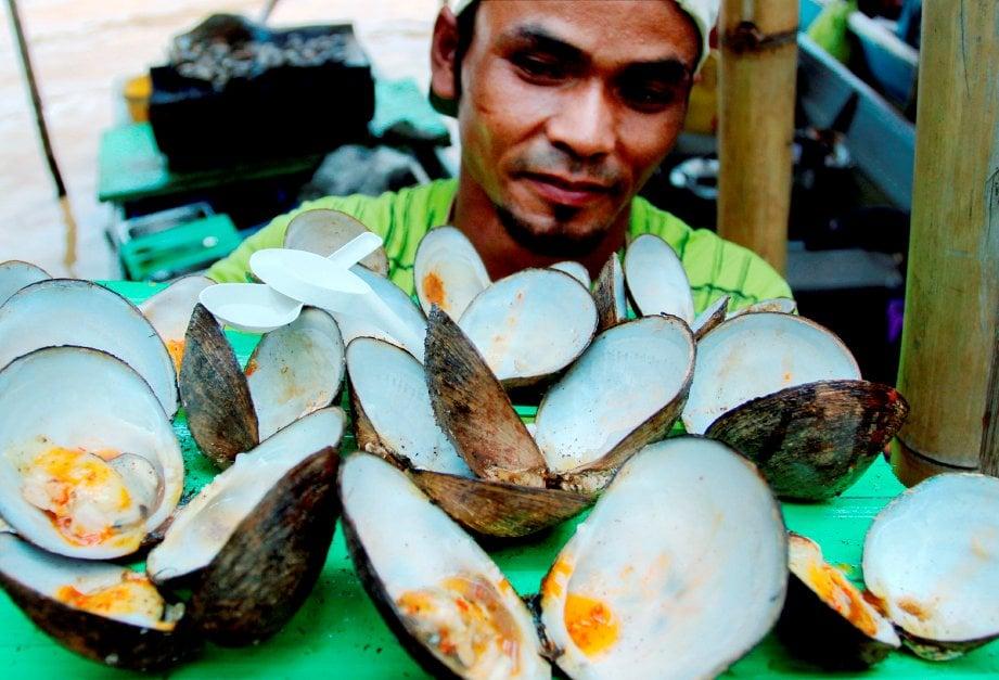 LOKAN bakar antara juadah popular yang boleh didapati di pasar terapung Pulau Suri.