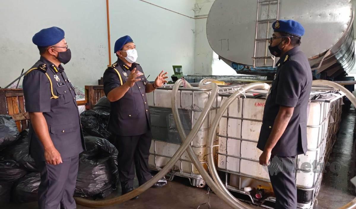 SHAMSUL Nizam (tengah) menunjukkan lokasi pemindahan minyak masak bersubsidi ke dalam tangki pada sesi sidang media di sebuah kilang perindustrian di Jalan Sagai 6, Taman Pasir Putih, Pasir Gudang, Johor. FOTO Nurul Amanina Suhaini