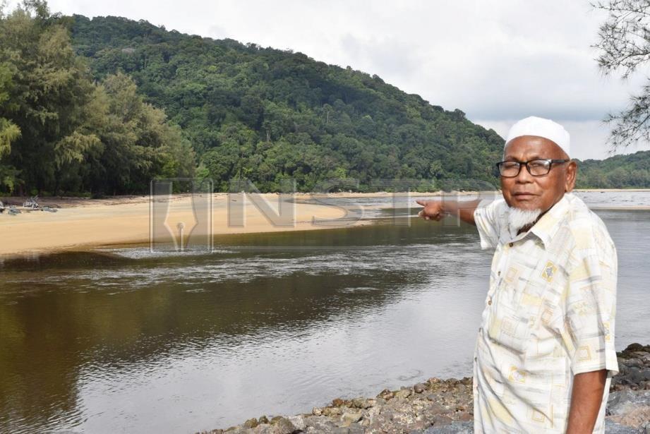 MOHAMED menunjukkan pasir yang timbul dan menutupi muara Kuala Kerteh, Chukai sehingga menyulitkan 500 nelayan untuk keluar masuk menangkap ikan. FOTO Rosli Ilham.