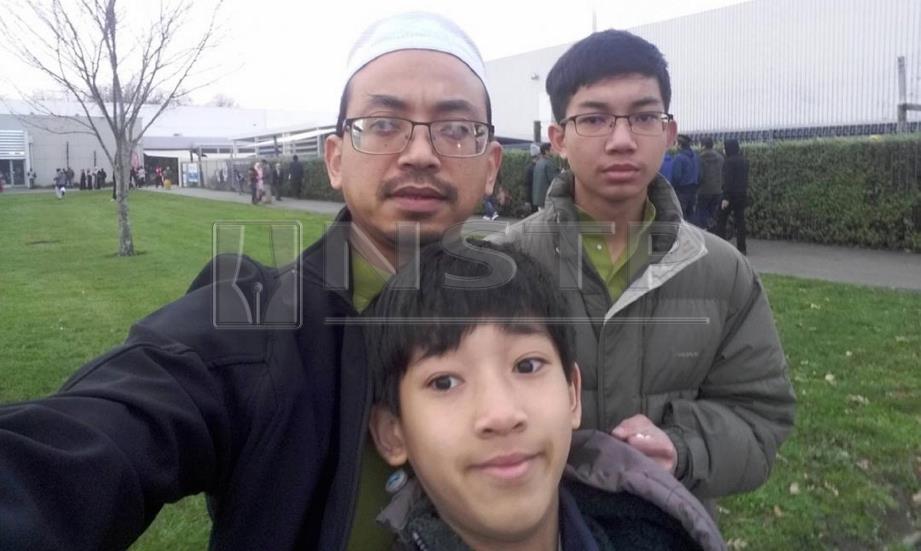 MOHD Tarmizi bersama Haziq (kanan).  FOTO ihsan pembaca.