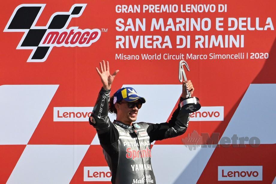 Pelumba Petronas Yamaha SRT dari Itali, Franco Morbidelli bersama trofi dimenangi pada saingan MotoGP San Marino. FOTO AFP