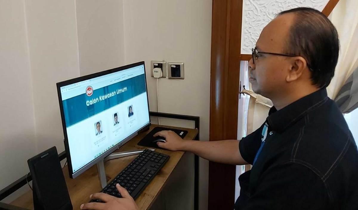 DR Mohd Rushdan melihat portal khas yang dibangunkan bagi pemilihan MPP USIM sesi 2020/2021. FOTO Ihsan USIM