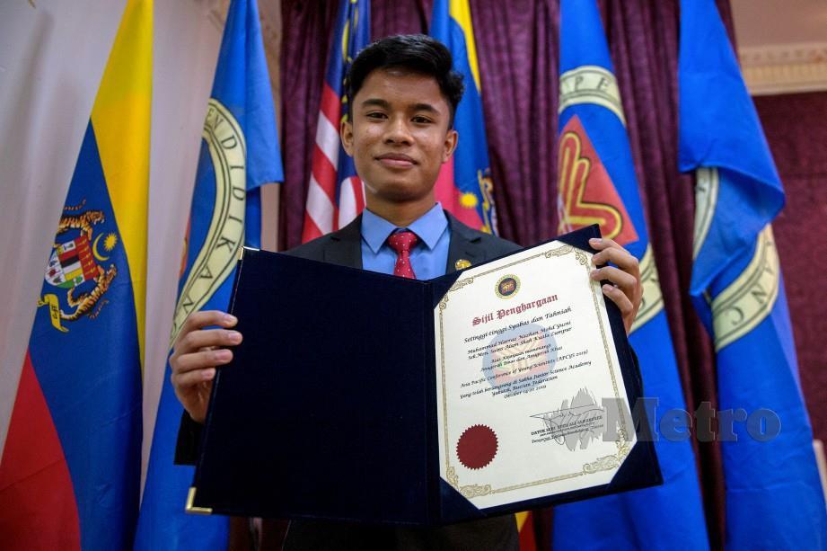MUHAMMAD Harraz Nazhan menerima sijil kecemerlangannya selepas memenangi Anugerah Asia Pacific Conference of Young Scientist 2019 . FOTO Bernama