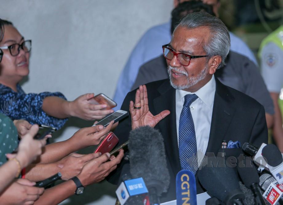 MUHAMMAD Shafee ketika ditemui media selepas perbicaraan Najib membabitkan dana SRC International di Mahkamah Tinggi Kuala Lumpur. FOTO Aswadi Alias