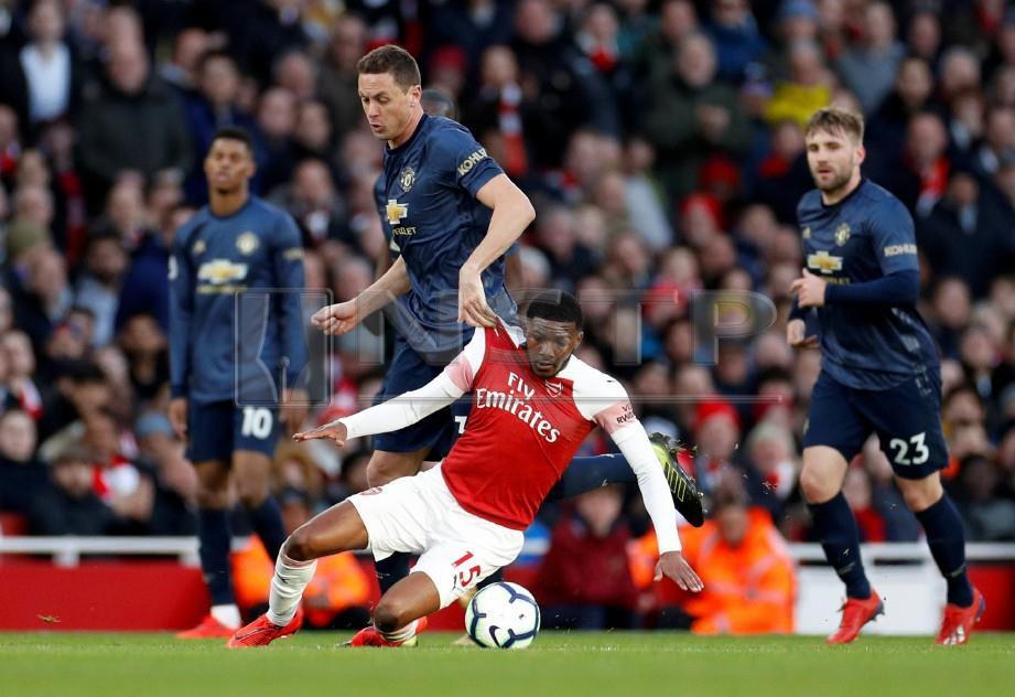 Aksi pemain Arsenal, Ainsley Maitland-Niles ketika diasak pemain Manchester United, Nemanja Matic dalam aksi Liga Perdana, pagi ini. FOTO Reuters.