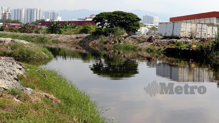 SUNGAI Keluang berhampiran Kawasan Perindustrian Bayan Lepas dipercayai tercemar dengan sisa buangan. FOTO Mikail Ong.