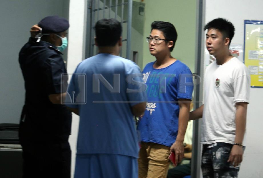 AHLI keluarga dan sahabat mangsa ketika di hospital. FOTO Rosli Ahmad