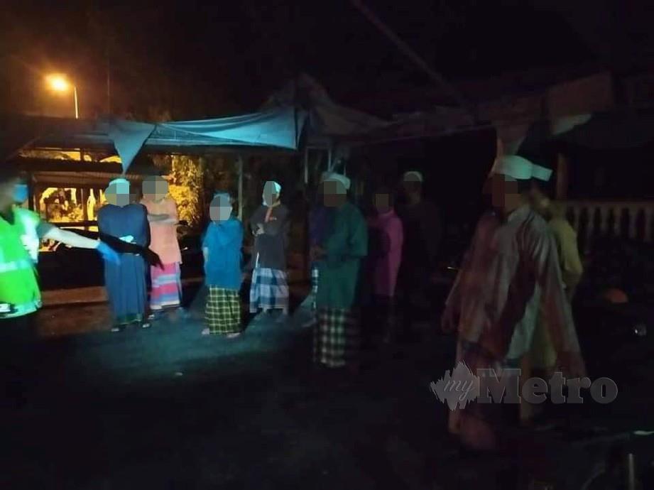 10 jemaah Masjid Sayong Tengah ditahan kerana melanggar Perintah Kawalan Pergerakan (PKP) sewaktu menunggu masuk waktu Isyak di dalam masjid berkenaan.