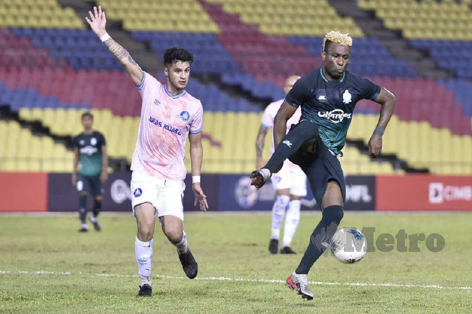 AKSI pemain Melaka, Sony Norde (kanan) ketika berdepan Pahang di Stadium Hang Jebat. FOTO NAZRI ABU BAKAR