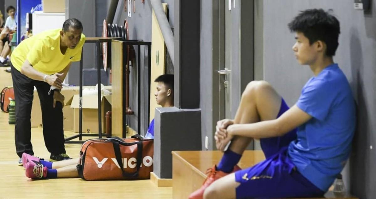 MISBUN (kiri) teruja pemain remaja negara cukup bersemangat mahu menunjukkan kemampuan masing-masing. FOTO Ihsan Persatuan Badminton Malaysia