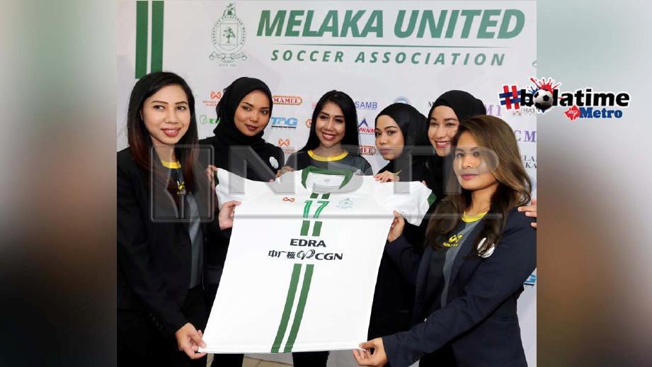 Penyokong pasukan Melaka United menunjukkan jersi baharu warna hijau - putih 'keramat'. FOTO NSTP/ RASUL AZLI SAMAD