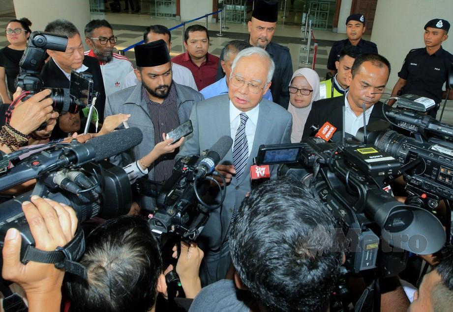 KUALA LUMPUR 16 APRIL 2019. Bekas Perdana Menteri, Datuk Seri Najib Razak mengadakan sidang media di Mahkamah Tinggi Kuala Lumpur selepas perbicaran di hari ketiga atas tiga pertuduhan pecah amanah dan satu pertuduhan salah guna kuasa membabitkan dana SRC International berjumlah RM42 juta di Mahkamah Tinggi Kuala Lumpur. NSTP/MOHD YUSNI ARIFFIN.