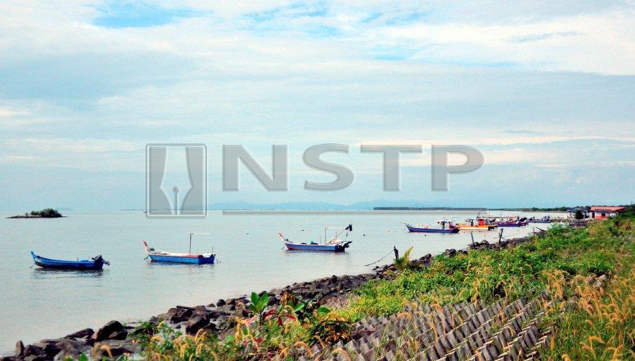 Pantai Ban Pecah berhampiran Perairan Tanjung Piandang sunyi tanpa sebarang aktiviti menangkap ikan berikutan bimbang ancaman ribut. FOTO Shaiful Shahrin Ahmad Pauzi