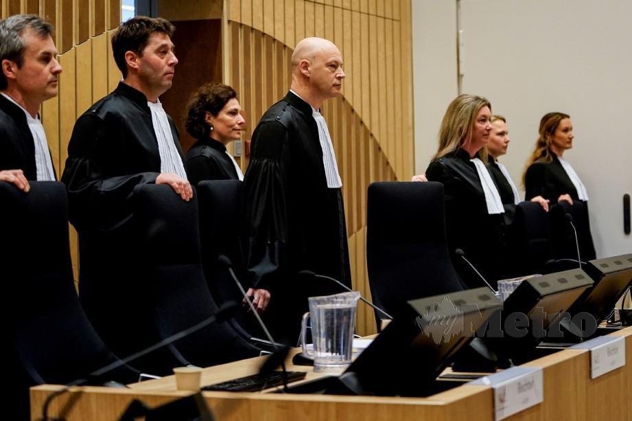 Steenhuis (tengah) dan barisan panel hakim tiba di mahkamah. FOTO AFP