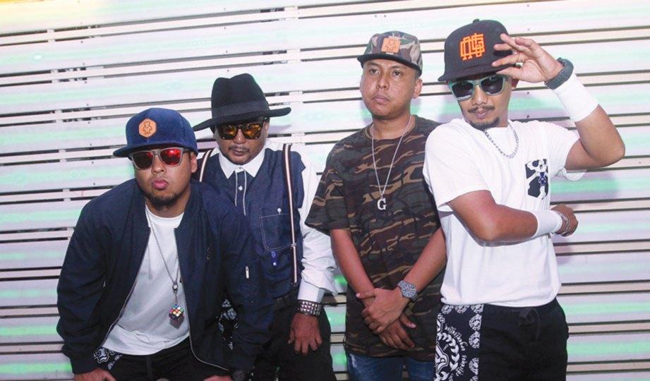 BERSAMA artis baru Nico G, Joe Lil G (dua dari kanan).