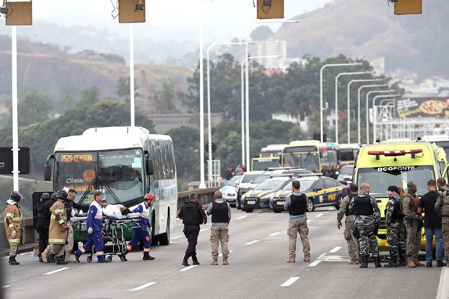 SEORANG mangsa diusung pasukan keselamatan selepas dibebaskan dalam insiden tebusan di Jambatan Rio-Niteroi. FOTO AFP