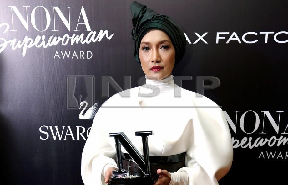 ZIANA Zain menerima Nona Independent Woman Award 2018 di majlis Nona Superwoman Award 2018 di Sime Darby Convention Center. FOTO Zunnur Al Shafiq
