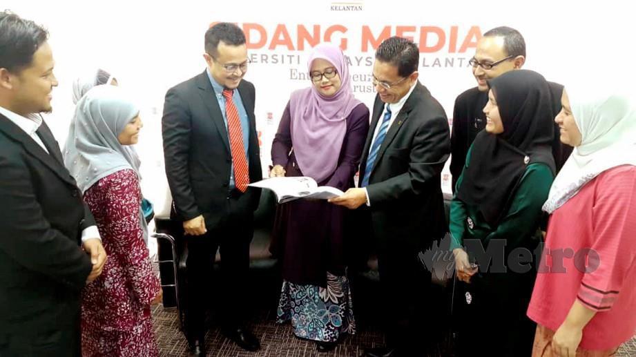 PROF Dr Noor Azizi (tiga dari kiri) bersama Nazily Mohd (empat dari kanan) beramah mesra bersama pensyarah dan penyelidik projek penternakan mikro alga. FOTO/ Nor Amalina Alias