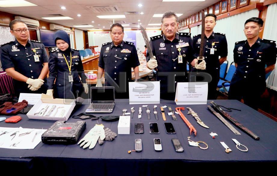 Noor Mushar (tiga dari kanan) menunjukkan senjata yang dirampas dalam dua operasi berasingan ketika mengadakan sidang media di Ibu Pejabat Polis Kontinjen (IPK) Perlis . FOTO Amran Hamid.