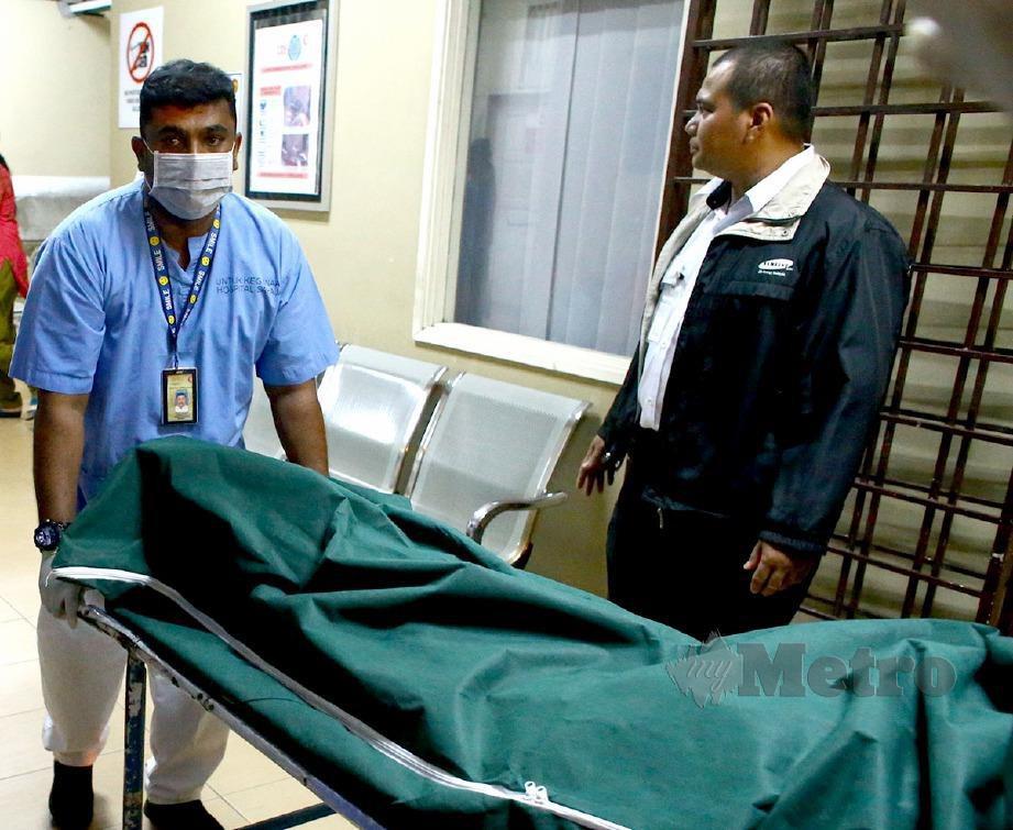 MAYAT yang ditemui di lokasi pencarian dibawa ke Unit Forensik Hospital Tuanku Jaafar Seremban, semalam. FOTO Adzlan Sidek