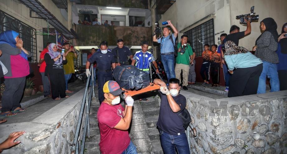 ANGGOTA polis mengusung mayat Nor Hidayah  yang dipercayai mati dibunuh di rumah sewanya di Pangsapuri Rampai Idaman, Prima Damansara, Petaling Jaya, malam tadi. FOTO Aswadi Alias.