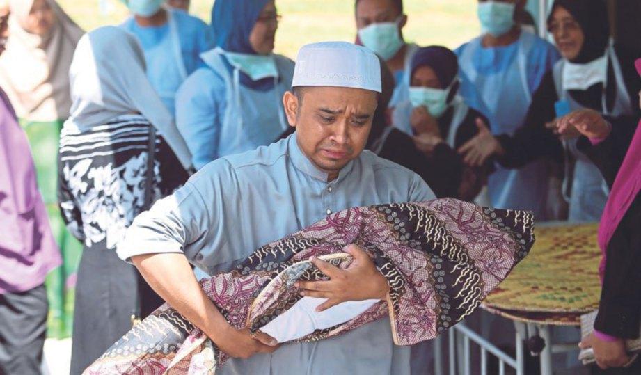 AHLI keluarga mangsa membawa jenazah Nur Rizqi keluar dari Hospital Jelebu untuk dikebumikan.