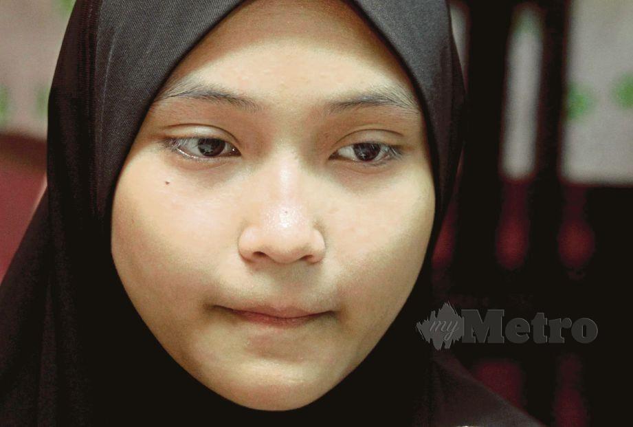 NUR Afni Nirwani Khairizul, 16, tidak mahu menangis di hadapan empat adiknya selepas mereka yatim piatu ketika ditemui di kediaman datuk mereka di Jalan Hj Mohd Saad, Bagan Jermal di Butterworth. FOTO Danial Saad