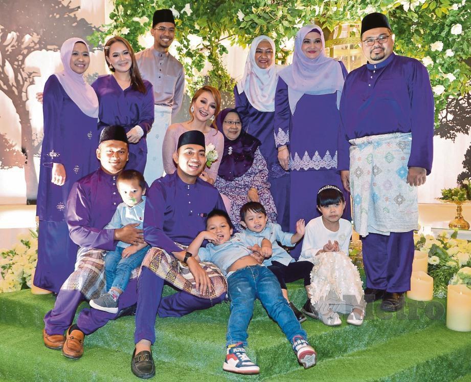 AHLI keluarga Nadia bergambar kenangan. -Foto FAIZ ANUAR
