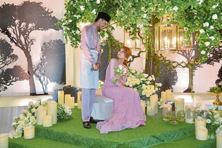 Nadia (kanan) dan Mu'izz semasa majlis pertunangan di Holiday Inn Glenmarie, Shah Alam. -Foto FAIZ ANUAR