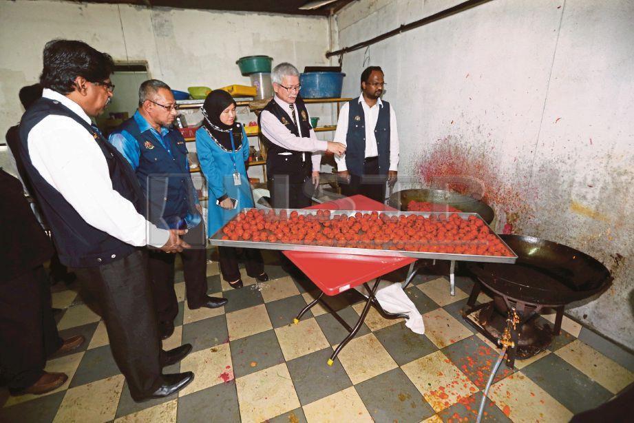 VEERAPAN (kanan) dan Dr Zainudin (dua kanan) melihat keadaan tempat memasak di sebuah premis makanan yang kotor di Seremban, hari ini. Foto IQMAL HAQIM ROSMAN