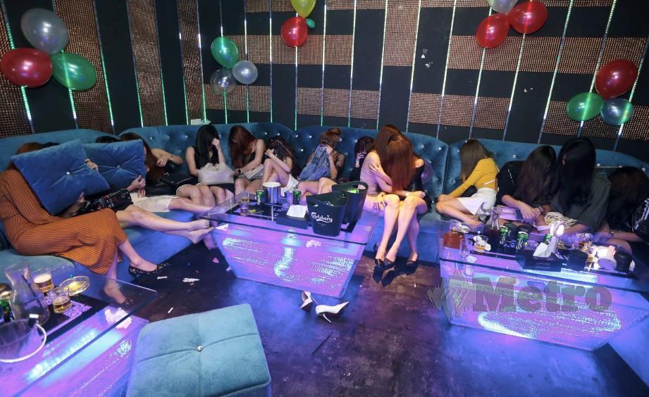 PELAYAN Pelanggan (GRO) dan pekerja warga asing yang berjaya ditahan selepas dibawa keluar dari bilik persembunyian ketika operasi Bahagian Pencegahan Judi / Maksiat / Gansterism Ibu Pejabat Polis Kontigen Selangor di Petaling Jaya. FOTO Mohamad Shahril Badri Saali