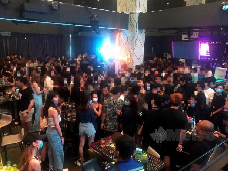 PIHAK polis membuat serbuan di sebuah pusat hiburan yang dikunjungi 310 individu di Jalan PJU 7/3 Mutiara Damansara, di sini, semalam. ANTARA pengunjung pusat hiburan itu yang ditahan dalam operasi berkenaan.