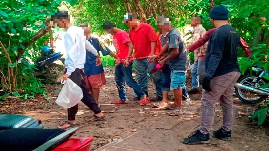 BEBERAPA individu ditahan AADK dalam Ops Perdana, di Krubong. FOTO NUR SALIAWATI SALBERI