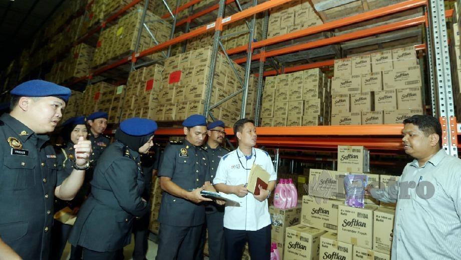 GEORGIE Abas (tengah) ketika memeriksa syarikat pemborong sempena Ops Catut 6.0 di Kota Kinabalu. FOTO Malai Rosmah Tuah.