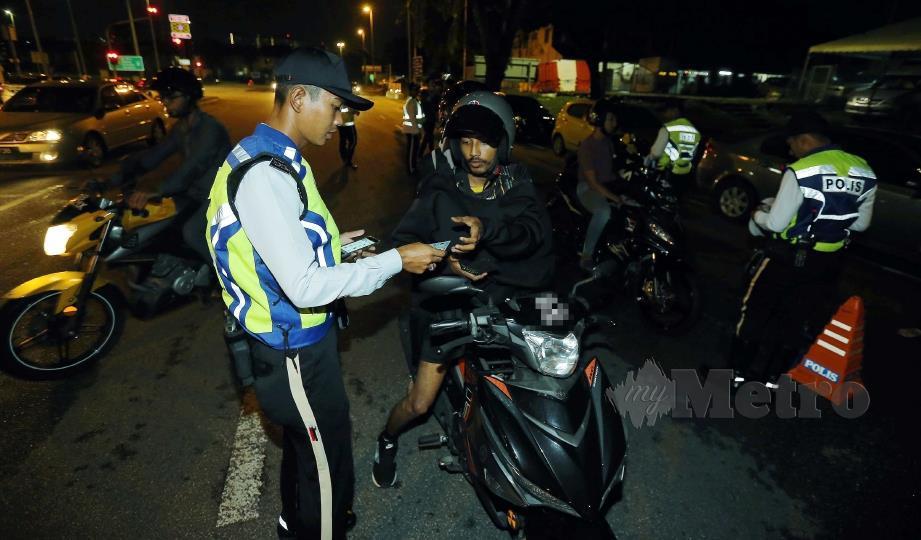 ANGGOTA polis menjalankan Ops Mabuk pada SJR di Jalan Pandan 1 dari Maluri ke Ampang. FOTO SAIFULLIZAN TAMADI.
