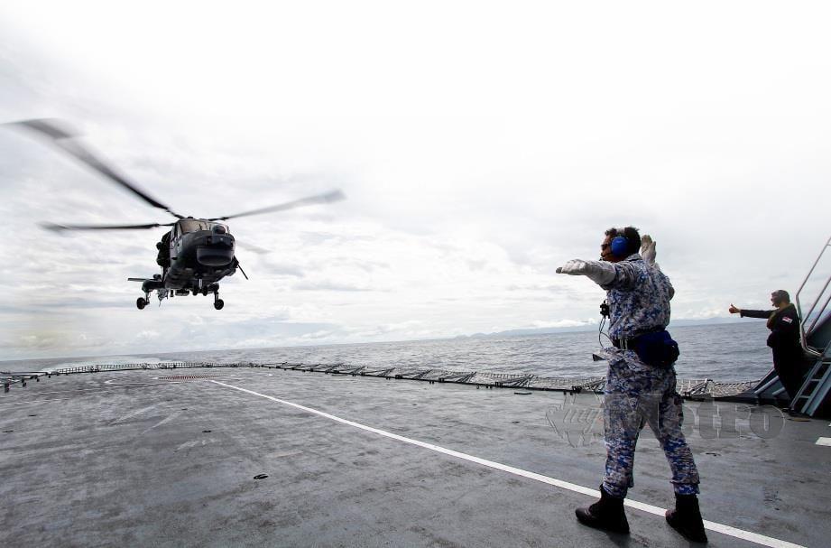 HELIKOPTER Super Lynx MK100 daripada Skuadron 501 berlepas dari kapal KD LEKIU bagi melaksanakan Op Benteng. FOTO BERNAMA