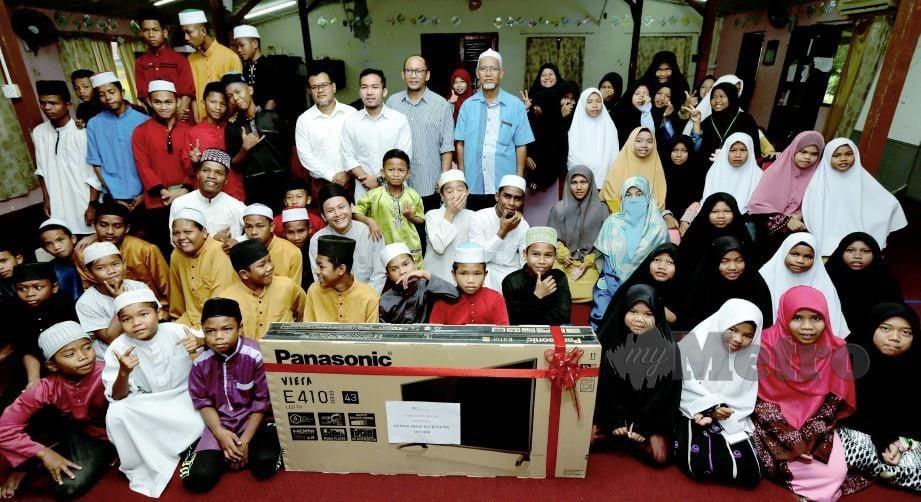 PELAJAR orang asli Madrasah Pengajian Islam (MPI) - Islamic Outreach ABIM Kelantan gembira selepas menerima sebuah televisyen sebagai alat bantu mengajar pada Majlis Penyerahan Sumbangan Barangan Elektrik di Outreach ABIM Kelantan, Kok Lanas, Kota Bharu. FOTO Syamsi Suhaimi