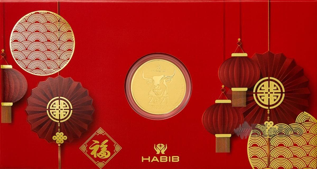 MENGANGKAT ikon lembu di dalam wafer emas sempena Tahun Lembu pada perayaan Tahun Baharu Cina ini.
