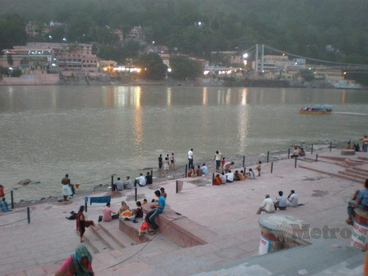 MASYARAKAT setempat melakukan pelbagai aktiviti keagamaan di Sungai Gangga.