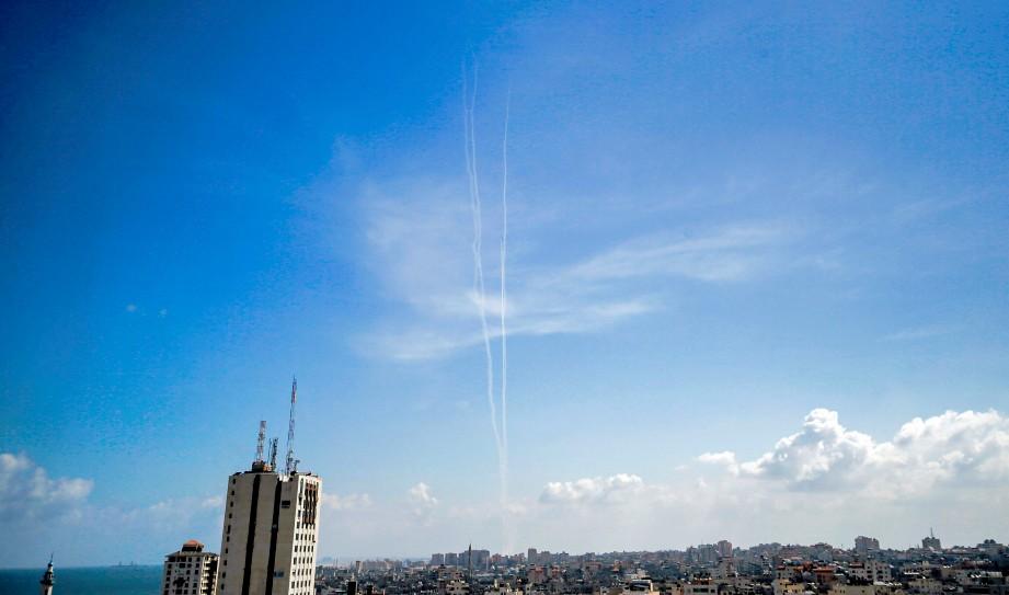 GAMBAR menunjukkan asap dari roket Hamas di Gaza City. Ia ketika latihan ketenteraan. FOTO AFP