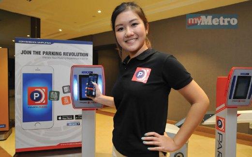 MODEL menunjukkan konsep bayar menggunakan telefon pintar.