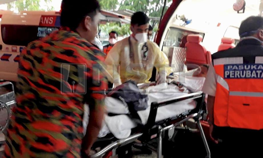 PELAJAR SMK Taman Pasir Putih dan SK Taman Pasir Putih, Pasir Gudang dikejarkan ke HSI akibat terhidu toksik dibuang di Sungai Kim Kim berdekatan sekolah mereka, semalam.