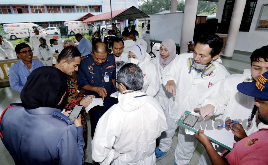 PASUKAN keselamatan termasuk bomba pegawai serta pegawai perubatan berada di Sekolah Agama Taman Mawar Pasir Gudang selepas menerima laporan murid sekolah mengalami sesak nafas dan sakit kepala dipercayai terhidu bau gas bocor. FOTO Zain Ahmed