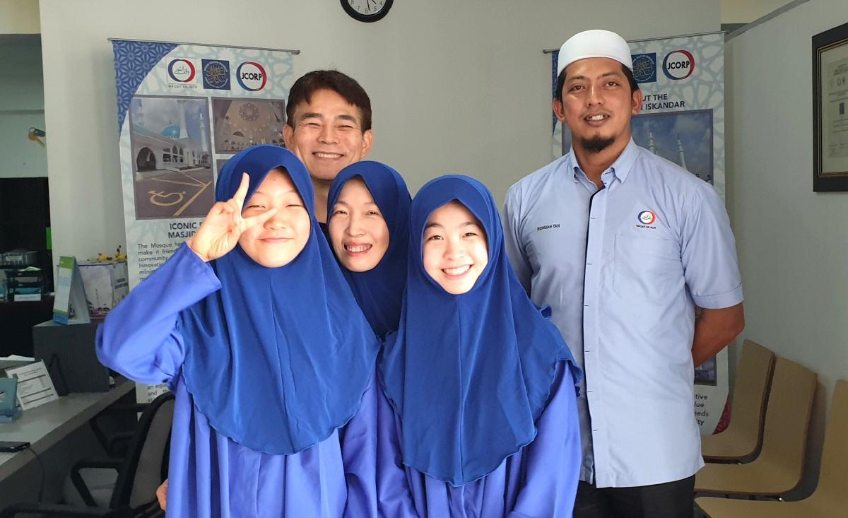 PELANCONG asing mengenakan persalinan sesuai untuk menjelajah sekitar masjid.