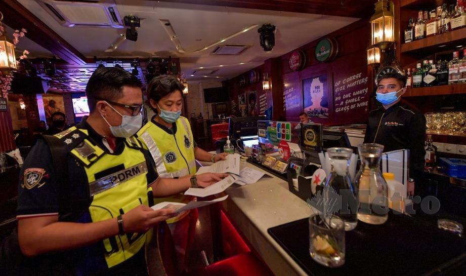 POLIS Kuala Lumpur memeriksa pusat hiburan di Jalan Changkat, Bukit Bintang, Kuala Lumpur, malam tadi. FOTO Bernama