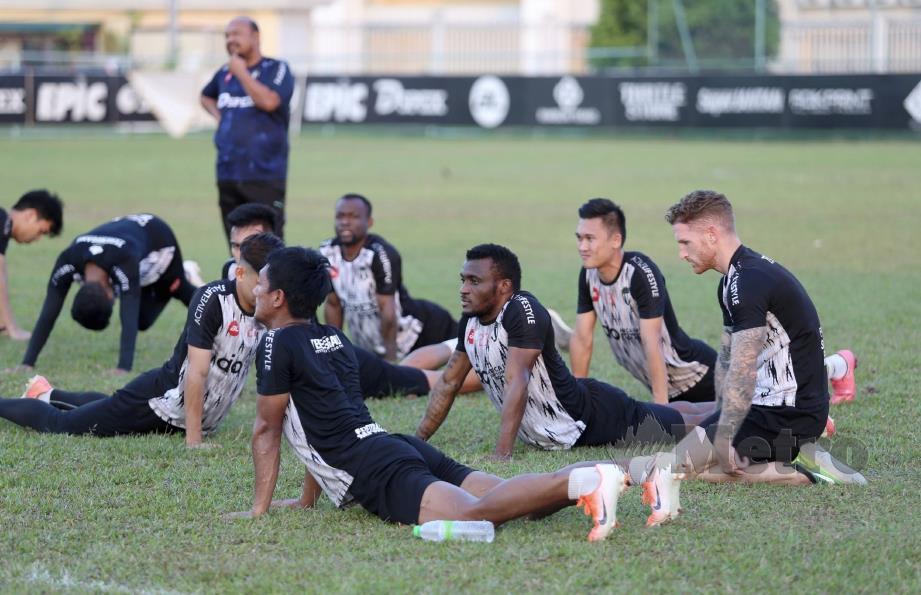 TCHETCHE (tengah) ketika sesi latihan TFC di Kompleks Sukan Negeri Terengganu di Gong Badak, semalam.