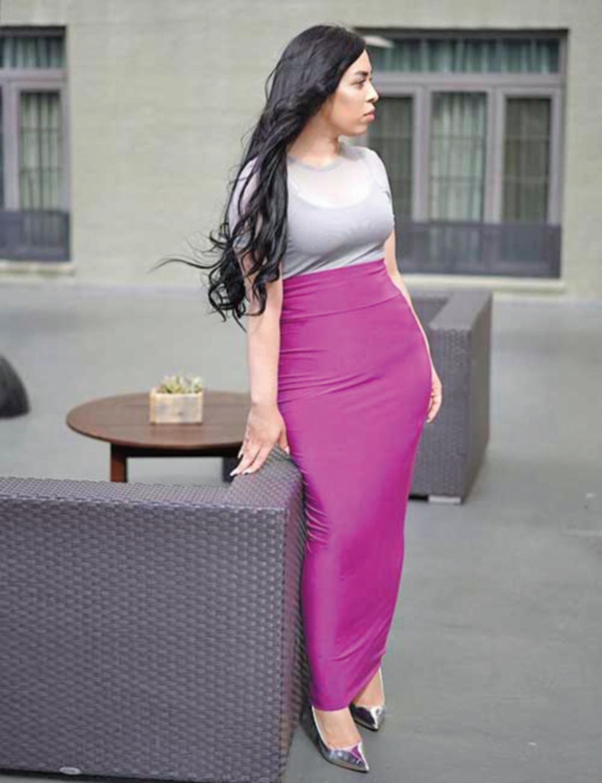 TIDAK takut menonjolkan kontur tubuh penggayaan warna terang pada skirt pensel.